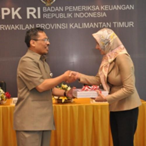 Penyerahan Laporan Hasil Pemeriksaan atas Laporan Keuangan Pemerintah Kabupaten Kutai Kartanegara Tahun Anggaran 2011